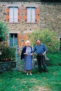 Georges et Yvette Gros devant leur maison d'Auvergne. Photo MJ Verny.